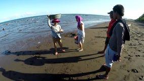 Перемещайтесь деревянное затемните взгляд поставщика рыб на пляже Отслеживать съемку акции видеоматериалы