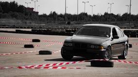 Перемещаться колеса спортивной машины Запачканный автомобиля смещения гонки диффузии изображения с сериями дыма от горящих автоши стоковые изображения rf