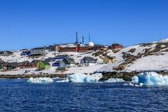 Перемещаясь айсберги вдоль берега города Nuuk Стоковое фото RF