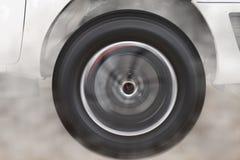 перемещаясь и куря колесо нового белого автомобиля Стоковое Фото