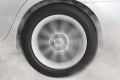 перемещаясь и куря колесо нового белого автомобиля Стоковая Фотография RF