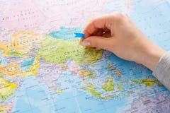 Перемещая предпосылка Рука решая графство на карте стоковые фотографии rf