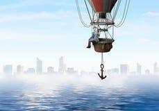 Перемещение бизнесмена на воздушном шаре стоковое фото rf