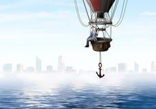 Перемещение бизнесмена на воздушном шаре стоковые изображения