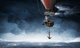 Перемещение бизнесмена на воздушном шаре стоковое изображение