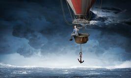 Перемещение бизнесмена на воздушном шаре стоковое изображение rf