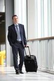 Перемещение бизнесмена с вагонеткой Стоковая Фотография RF