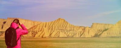 Перемещение в горах, широкая панорама молодой женщины Стоковые Фотографии RF
