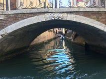 Перемещение гондолой в Венеции, Италии стоковая фотография