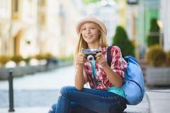 Перемещение девочка-подростка в Европе Концепция туризма и каникул Стоковые Фото