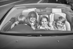 Перемещение детей автомобилем счастливые друзья детей в автомобиле Стоковые Изображения RF