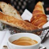 Перемещение Европы: длинный завтрак в Париже стоковые изображения rf