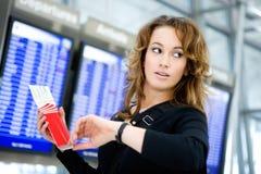 Перемещение: Женщина с авиабилетом поздно для полета Стоковые Изображения RF