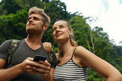 Перемещение и туризм Туристское приключение пар на летних каникулах Стоковое Изображение RF