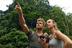Перемещение и туризм Туристское приключение пар на летних каникулах Стоковая Фотография RF
