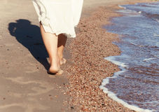 перемещение каникул - крупный план ноги женщины идя на белое relaxi песка Стоковое Изображение RF