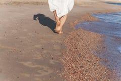 перемещение каникул - крупный план ноги женщины идя на белое relaxi песка Стоковое Изображение