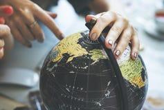 Перемещение карты мира глобуса исследует концепцию назначения стоковое фото