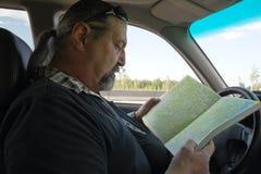 перемещение карты человека автомобиля стоковые изображения