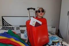 перемещение карты dublin принципиальной схемы города автомобиля малое милая молодая женщина в шляпе с чемоданом Стоковые Фото