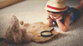 Перемещение концепции девушка ребенка дома мечтая перемещения и touris Стоковые Фотографии RF