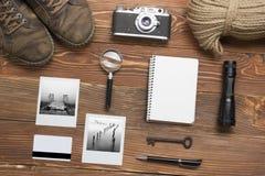 Перемещение, концепция каникул Камера, блокнот, ручка, кредитная карточка, поставки и фотография на таблице стола офиса деревянно Стоковые Фото