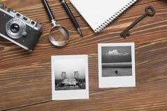 Перемещение, концепция каникул Камера, блокнот, ручка, кредитная карточка, поставки и фотография на таблице стола офиса деревянно Стоковое Изображение