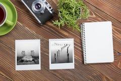 Перемещение, концепция каникул Камера, блокнот, ручка, кредитная карточка, поставки и фотография на таблице стола офиса деревянно Стоковая Фотография RF