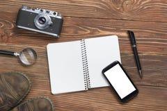 Перемещение, концепция каникул Камера и поставки на таблице стола офиса деревянной Взгляд сверху с космосом экземпляра для текста Стоковое Изображение