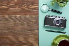Перемещение, концепция каникул Камера и поставки на таблице стола офиса деревянной Взгляд сверху с космосом экземпляра для текста Стоковая Фотография RF