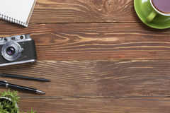 Перемещение, концепция каникул Камера и поставки на таблице стола офиса деревянной Взгляд сверху с космосом экземпляра для текста Стоковые Изображения RF