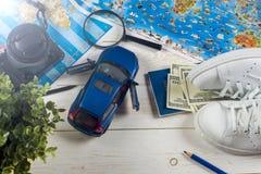Перемещение - концепция Планирование путешествием автомобиля Туристские предметы первой необходимости Космос для текста Стоковые Изображения RF