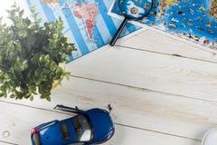 Перемещение - концепция Планирование путешествием автомобиля Туристские предметы первой необходимости Космос для текста Стоковая Фотография