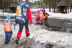 Перемещение к лесу школьников Стоковые Фото
