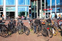 Перемещение к красивым Нидерланд Взгляд улицы канала Амстердама стоковая фотография rf