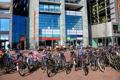 Перемещение к красивым Нидерланд Взгляд улицы канала Амстердама стоковые изображения