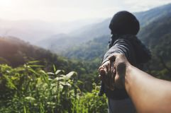 Перемещение летних каникулов пар Женщина идя на романтичные праздники держа руку жены следовать ей на сценарных горах лета стоковые фотографии rf