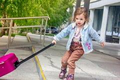 Перемещение маленькой девочки одно Теперь она на железнодорожном вокзале Стоковые Фотографии RF