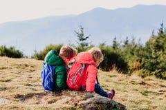 Перемещение мальчика и девушки в горах Стоковые Фото