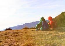 Перемещение мальчика и девушки в горах Стоковое фото RF