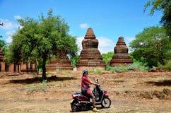 Перемещение мотоцикла езды женщины путешественника тайское вокруг древнего города в Bagan Стоковые Изображения