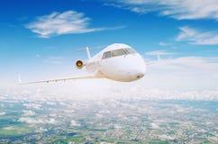 Перемещение над воздушными судн полета города коммерчески стоковая фотография