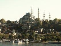 Перемещение неба реки и мечети Стамбула Стоковая Фотография