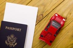 Перемещение пасспорта с моделью автомобиля Стоковые Фотографии RF