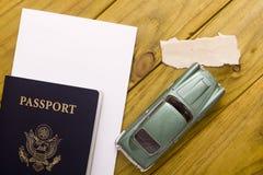 Перемещение пасспорта с моделью автомобиля Стоковая Фотография