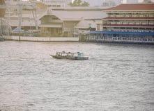 Перемещение путешествием транспорта шлюпки на реке Бангкоке Chopraya, Таиланде Стоковые Изображения RF