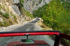 Перемещение сафари виллиса в дороге гор Стоковые Фотографии RF