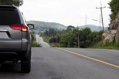 Перемещение семейного автомобиля на дороге асфальта стоковое фото