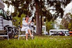 Перемещение семейного отдыха, отключение праздника в motorhome RV Стоковые Изображения