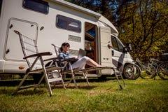 Перемещение семейного отдыха, отключение праздника в motorhome RV Стоковое Фото